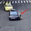 女子骑电动车闯红灯儿子跳车被撞 身体并无大碍