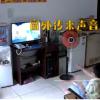 男孩偷看电视听到车声秒拔电源 比猫抓老鼠还刺激