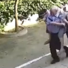 送医途中堵车辅警背老人百米冲刺 挺身而出