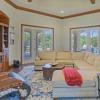 托斯卡纳风格的定制房屋可欣赏1英亩以上的绿地景观